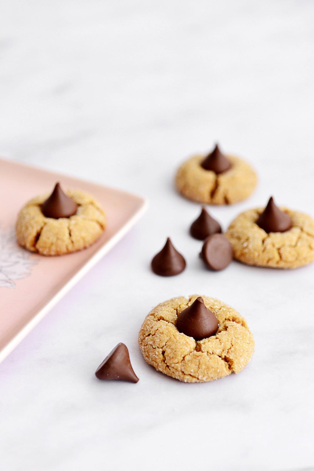 עוגיות חמאת בוטנים ונשיקת שוקולד