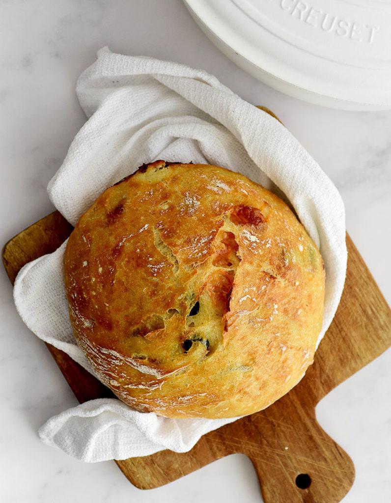 לחם ללא לישה עם מוצרלה וזיתים