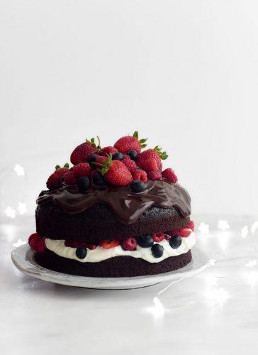 עוגת שוקולד וקצפת עם פירות יער
