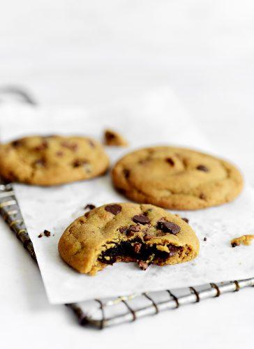עוגיות שוקולד צ'יפס במילוי בראוניז