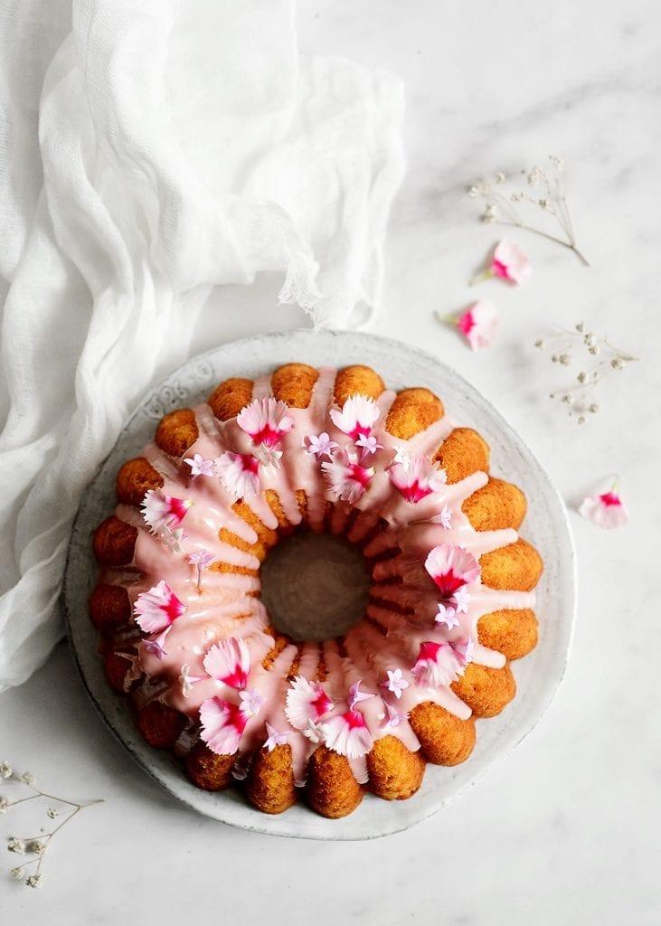 עוגת אשכוליות אדומות עם אייסינג