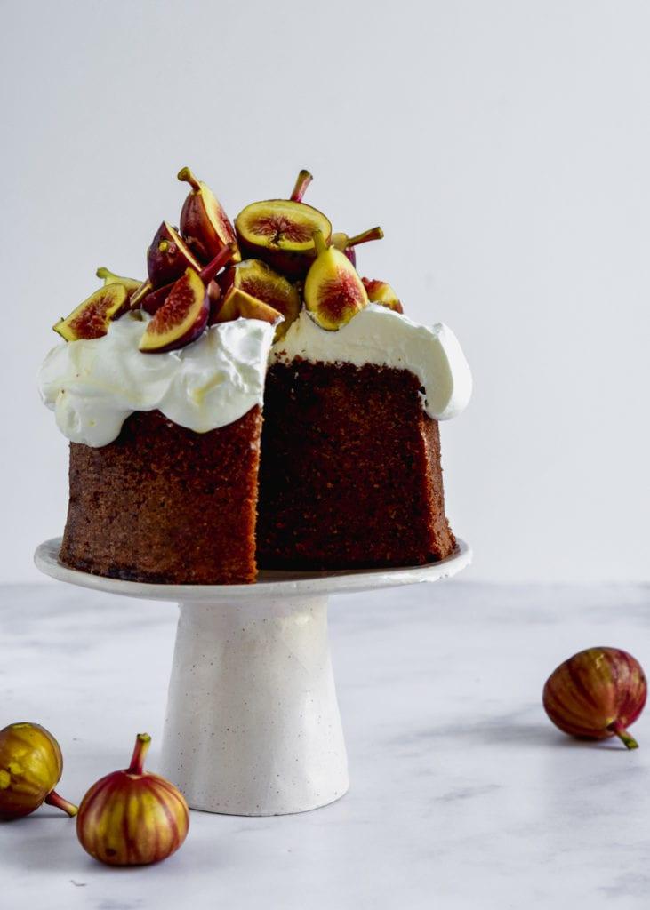 עוגת דבש עם קצפת מסקרפונה ותאנים